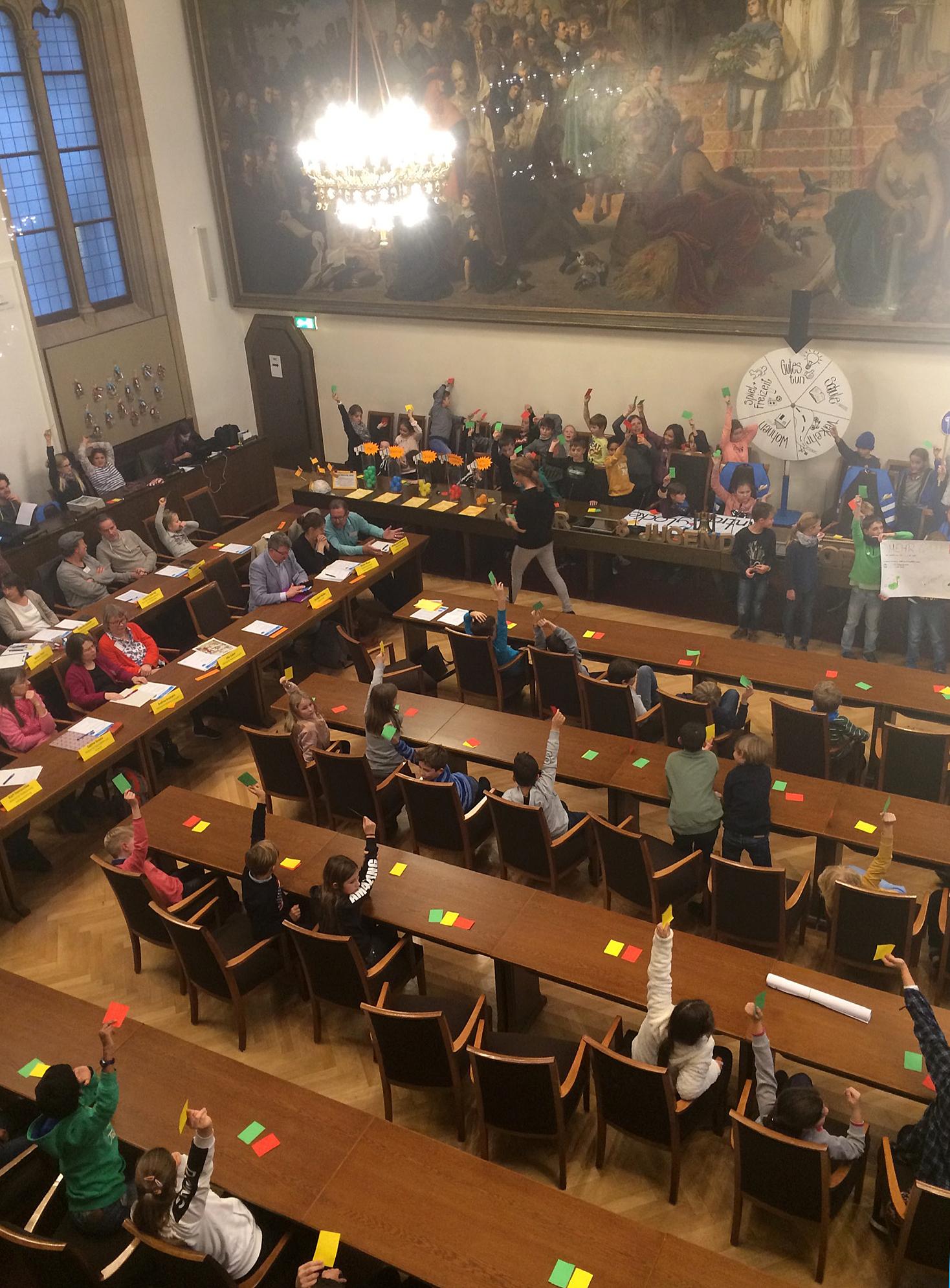 Im großen Sitzungssaal dürfen nur Kinder über die Anträge abstimmen.