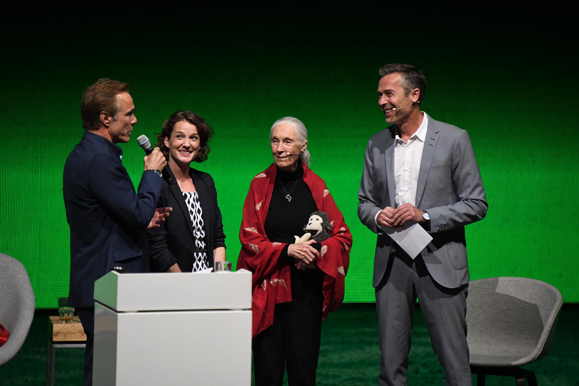 von rechts nach links: Dirk Steffens, Jane Goodall, Marcella Hansch von Pacific Garbage Screening und Hannes Jaenicke
