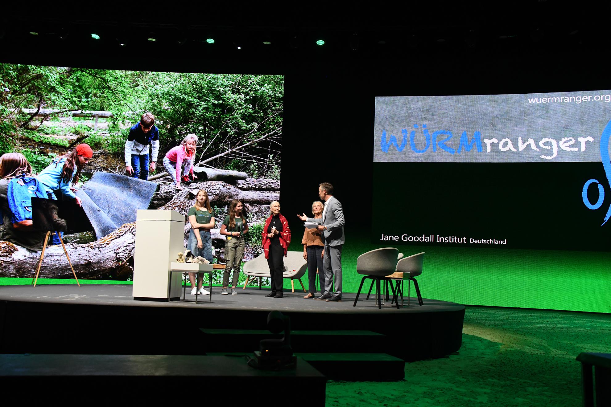 Schließlich berichten die Würmranger, die Roots&Shoots-Gruppe München West von ihren Aktivitäten - im Hintergrund Bilder davon
