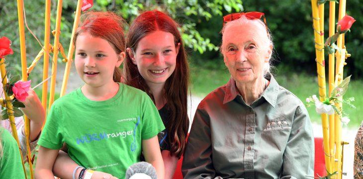 Jane Goodall lernt die Würm kennen und bedankt sich bei den Würmrangern