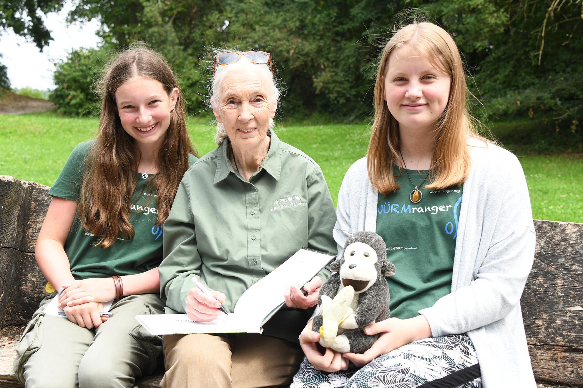 Viktoria (rechts) und Mara (links) freuen sich mit Jane.