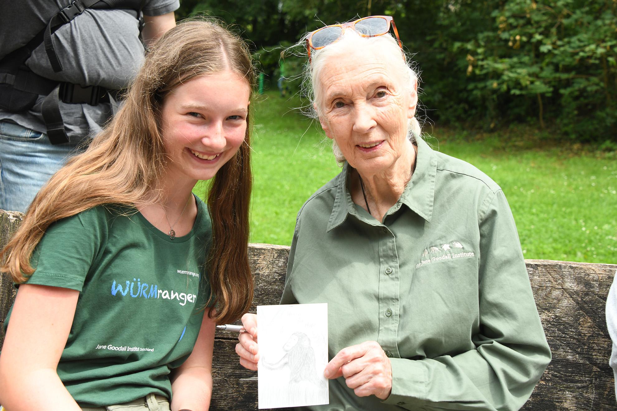 Mara hat Jane ihre Schimpansenzeichnung geschenkt.