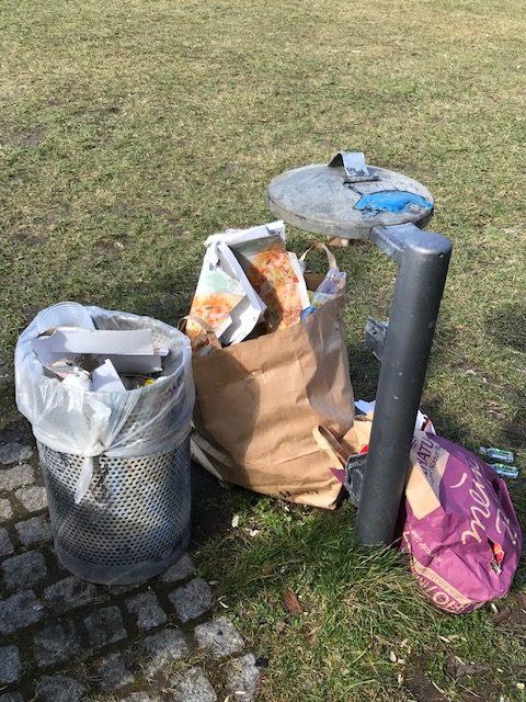 So viel Müll und mehr neben dem ausgerissenen Mülleimer dort - gefunden und eingesammelt