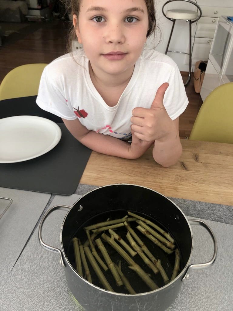 Lena beim Kochen